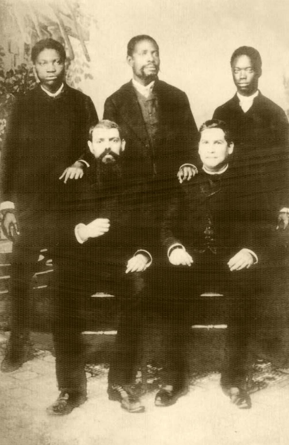 Os Padres António Barroso e Sebastião Pereira, em 1881, ano da fundação da Missão de São Salvador do Congo, com dois filhos e um sobrinho do rei local.