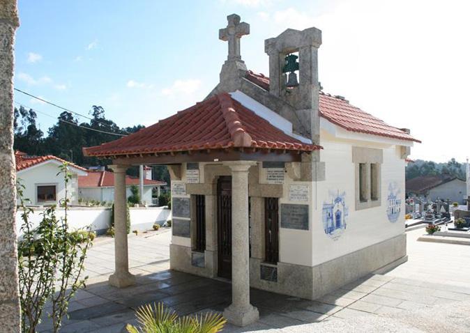 Cemitério paroquial de Remelhe, vendo-se, à entrada, a capela-jazigo